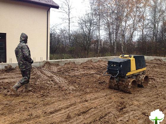 Использование специального катка для трамбовки насыпной почвы