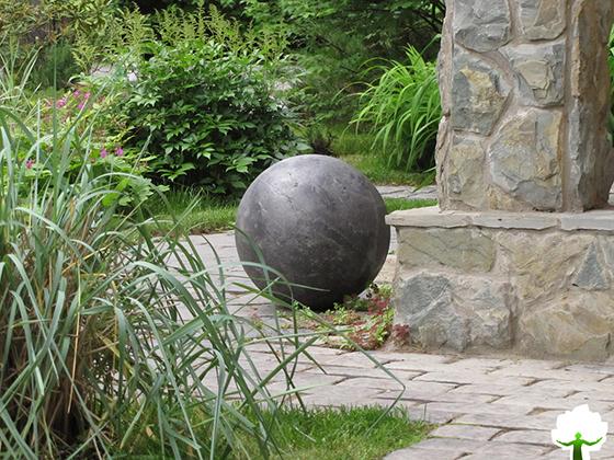 Сад украшенный цветником с большими камнями.