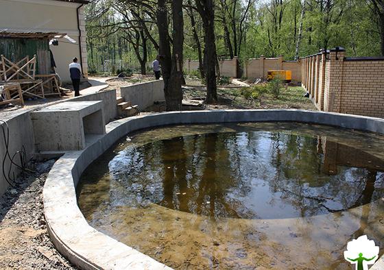 Этап строительства: бетонная чаша под пруд